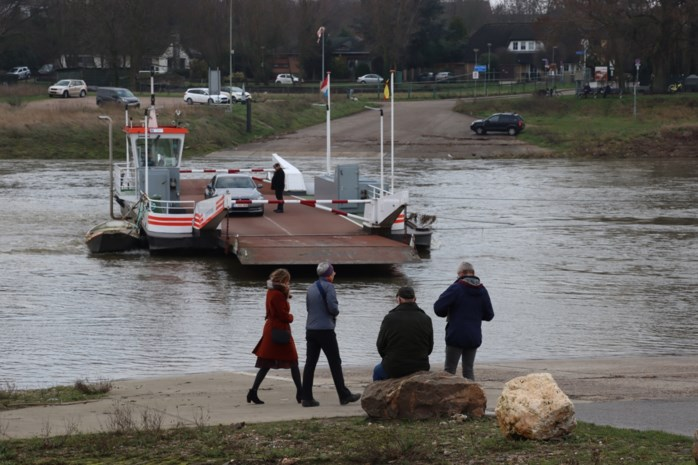 Veerpont blijft ook na 21 uur varen over de Maas ondanks avondklok in Nederland