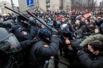Ongeziene betoging tegen Poetin genadeloos neergeslagen: meer dan 3.000 mensen gearresteerd, roep om sancties tegen Rusland