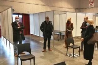 Minister Somers toont zich onder indruk van klaarstaande vaccinatiecentrum in Geel