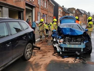 Dronken bestuurster gewond na botsing op geparkeerde auto