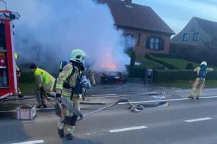 Brandende auto net op tijd buiten dankzij rookmelder<BR />