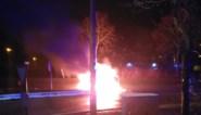 """Auto vliegt in brand op R4: """"Chauffeur raakte zelf op tijd uit de wagen"""""""