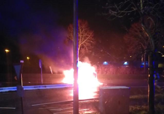 Net voor auto in brand vliegt, halen omstanders bestuurder uit gekantelde wagen