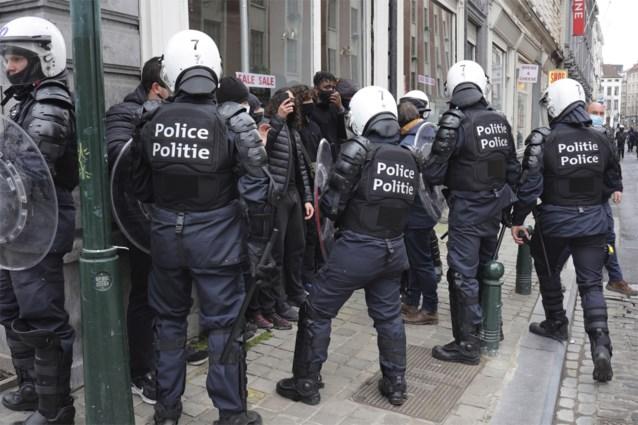 """Betoging tegen """"klassenjustitie"""" in Brussel ontaardt: meerdere incidenten en arrestaties, betogers bespoten met pepperspray"""
