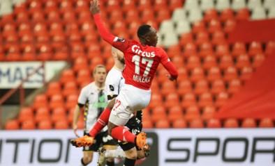 De hand van Mbaye Leye: Standard boekt vierde overwinning op rij in Waalse derby, Charleroi zakt steeds verder weg