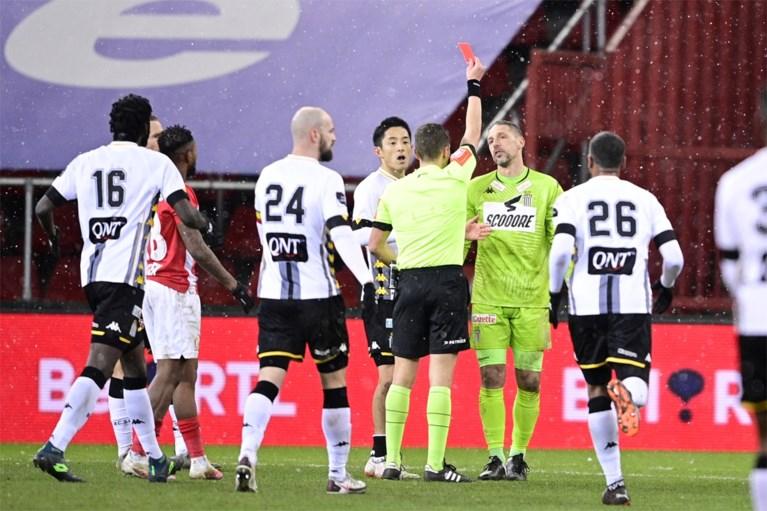 En plots is Guillaume Gillet de doelman van Charleroi...