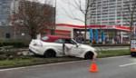 Witte Mercedes eindigt op middenberm van Rooigemlaan