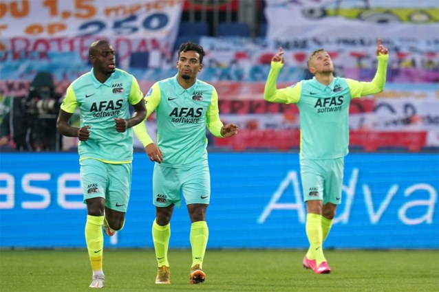 Ondanks onwaarschijnlijke misser voor leeg doel: AZ wint doelpuntrijke topper van Feyenoord