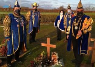 Leden carnavalsraad brengen hulde aan overleden prinsen carnaval