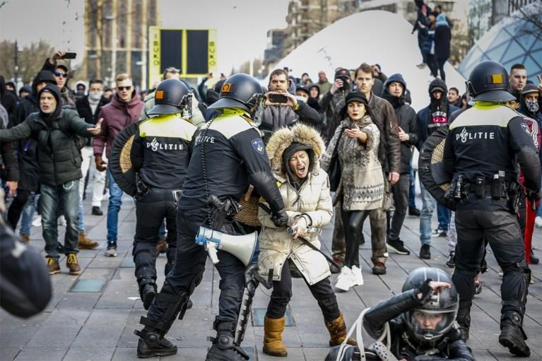 Alweer protest tegen coronaregels in Nederland: relschoppers zwaar in de clinch met politie in Amsterdam en Eindhoven