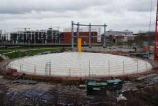 Nieuw dak gelegd op enorme gasklok die vroeger de lichtjes liet branden in Gent