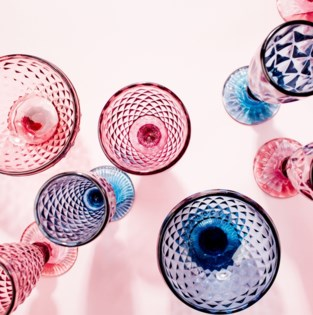 Mooi op tafel: gekleurde glazen worden het helemaal in 2021
