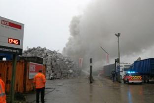 Bedrijfsbrand bij HKS in Geel zorgt voor enorme rookpluim