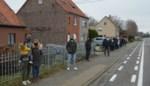 """Bewoners hangen zwarte vlaggen uit tegen plannen voor heraanleg van hun straat: """"We worden onteigend tot aan onze voordeur"""""""