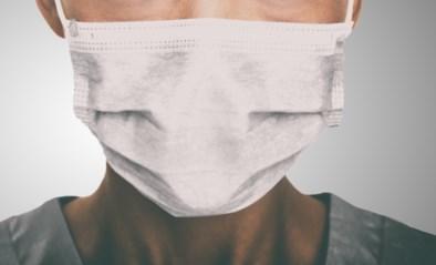 """Huisarts die mondmasker weigert te dragen en corona """"complot van de overheid"""" noemt, geschorst"""