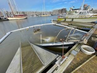 Verwaarloosd bootje zinkt in jachthaven, brandweer moet oliespoor bestrijden