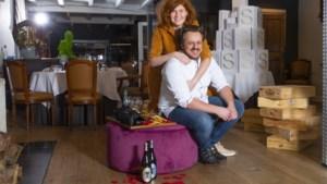 """Intiem etentje met valentijn? Gregory en Marieke steken 'erotisch pretpakket' bij afhaalmenu: """"Kinderen zullen niets merken"""""""