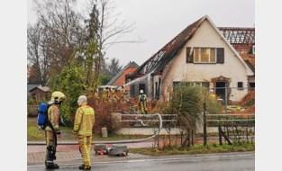 Rieten dakbedekking vat vuur naast woning in renovatie