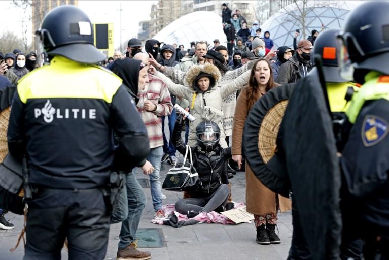Opnieuw rellen in Nederland om coronamaatregelen: politie lost waarschuwingsschot tijdens plunderingen in Rotterdam, 184 arrestaties