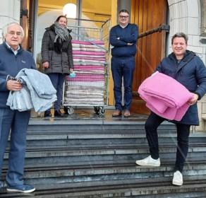 Wingene verdeelt 27 gekregen donsdekens onder voedselbanken