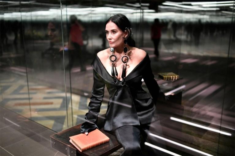 """Demi Moore (58) mikpunt van spot na passage op de catwalk: """"Schoolvoorbeeld van waarom je geen plastische chirurgie moet laten doen"""""""