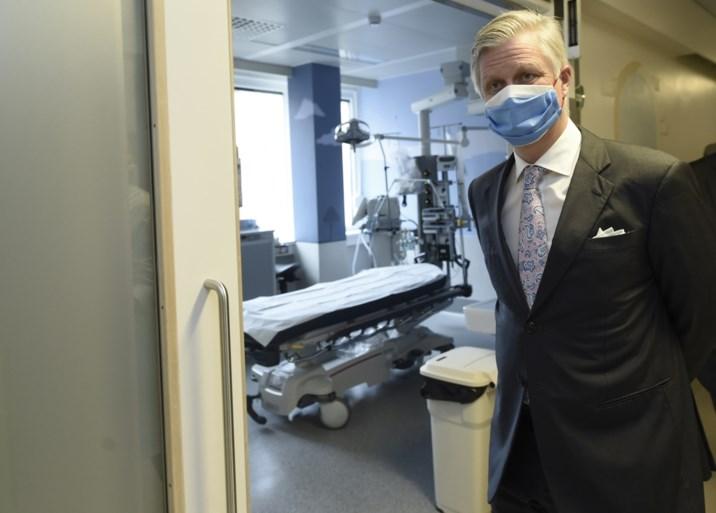 """Koning Filip spreekt 'gestelde lichamen' toe: """"Ons land is het middelpunt van de vaccinatiecampagnes in de wereld"""""""