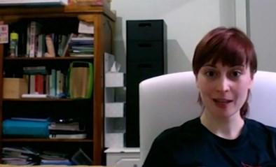 """Vrouw komt in live-uitzending via videoconferentie, maar vergeet wat er op de kast staat: """"Klein beetje gênant"""""""