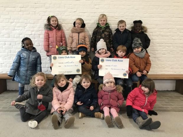 Schoolkinderen nemen cheque van Lions in ontvangst