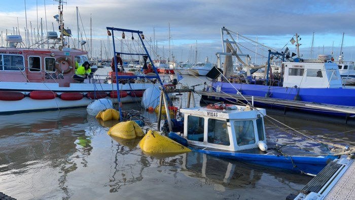 Hevige wind doet vissersbootje zinken: ponton in jachthaven beschadigd