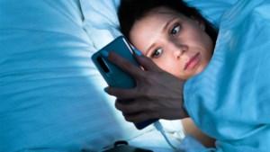 Al '<I>doomscrollend' </I>het slaaptekort tegemoet: waarom lijkt onze zoektocht naar miserie op sociale media nooit te stoppen?