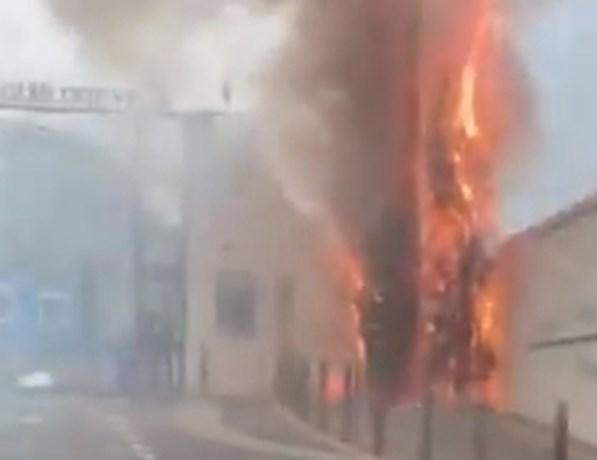Ligue 1-wedstrijd uitgesteld nadat thuisfans brand stichten aan ingang trainingscomplex