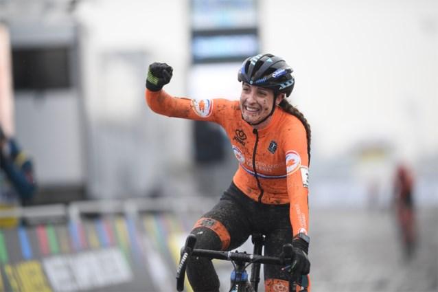Lucinda Brand kroont zich in Oostende tot wereldkampioene veldrijden, podium kleurt volledig Nederlands