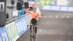 Mathieu van der Poel rijdt in Oostende naar vierde wereldtitel veldrijden, pechvogel Wout van Aert tweede
