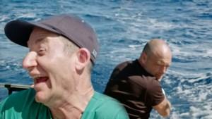 Jani en Imke bedenken hilarisch plan om vissen uit de handen van Dominique te redden in 'Over de oceaan'