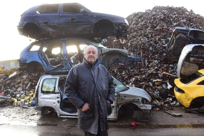 """Stijgende prijs oud ijzer zorgt voor drukte bij recyclagefirma: """"Auto persen geeft een kick"""""""