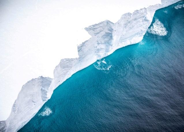 Enorme ijsberg breekt af in 'kleine' ijsbergen, goed nieuws voor bedreigd eiland