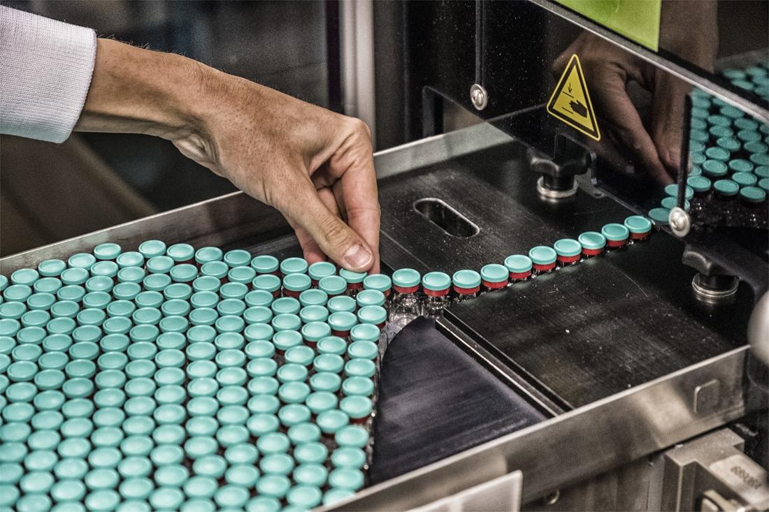Binnenkort rollen weer 100 miljoen dosissen coronavaccin van... - Het Nieuwsblad
