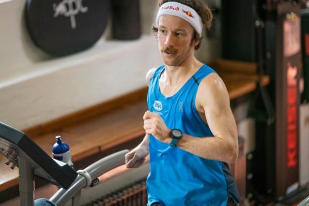 Waanzinnige tijd: Duitse ultraloper Flo Neuschwander verpulvert wereldrecord 100km… op zijn loopband