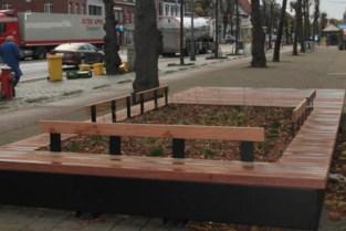 Nieuwe zitbanken geplaatst bij kerk