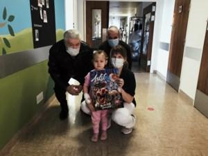 Patiëntjes op kinderafdeling krijgen carnavalsaffiche cadeau