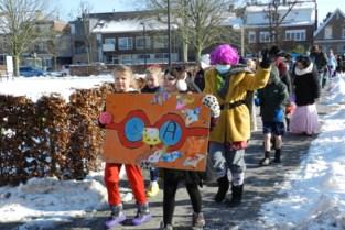 Carnavalstoet gemeenteschool trekt door stadscentrum