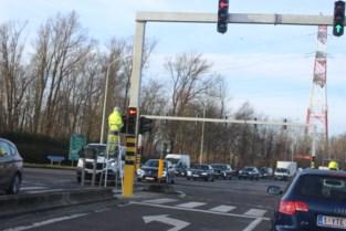 Nieuwe verkeerslichten maken straat veiliger, maar veroorzaken files op andere wegen