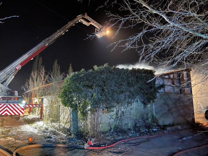 Asbestbrand in stallingen kasteelhoeve in Alveringem