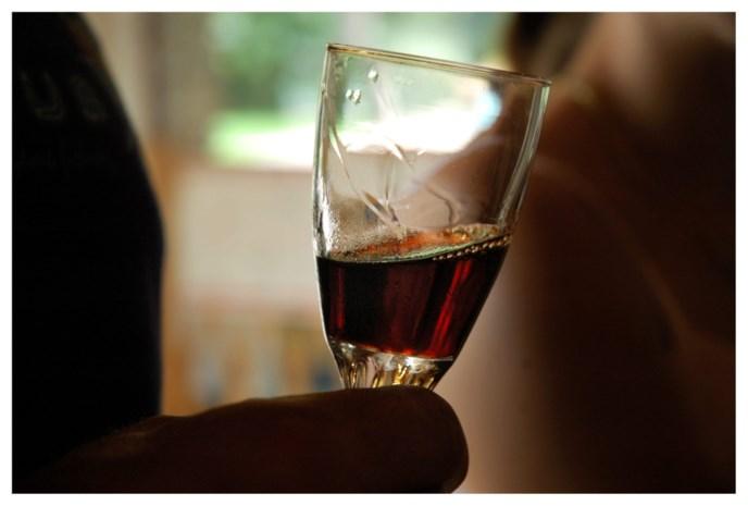 """Mysterie met dodelijke fles wijn blijft onopgelost nu onderzoek wordt stopgezet: """"We hebben alles geprobeerd, zonder succes"""""""