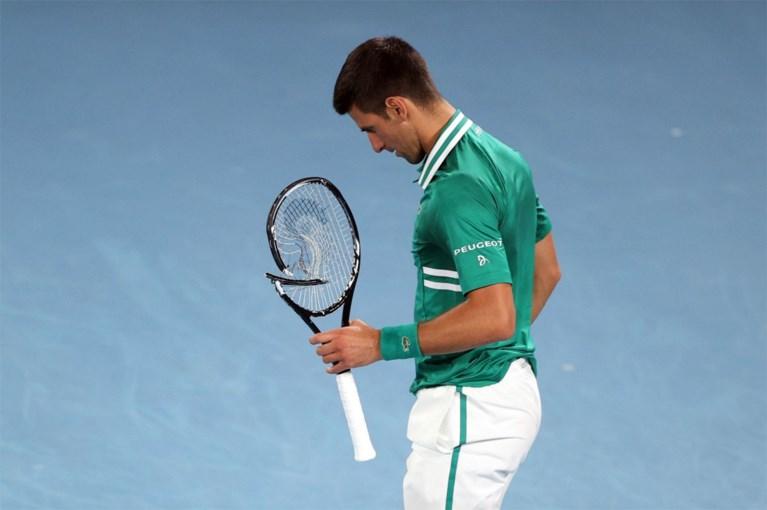 Novak Djokovic slaat zijn racket zo hard aan flarden dat er een kuisploeg aan te pas moet komen op de Australian Open