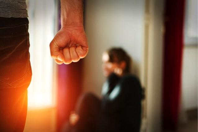 """Moeder (41) krijgt jaar cel nadat ze stok kapotslaat op dochter (16): """"Ik heb ook zo'n opvoeding gehad"""""""
