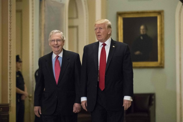 """Trump roept Republikeinen op Mitch McConnell rug toe te keren: """"Saaie politieke hark die nooit lacht"""""""