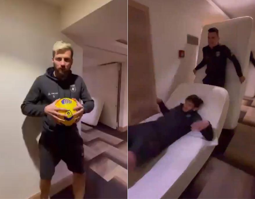 Probeer dit niet thuis (of net wel?): hilariteit ten top bij Russische voetbalclub tijdens menselijke domino met matrassen