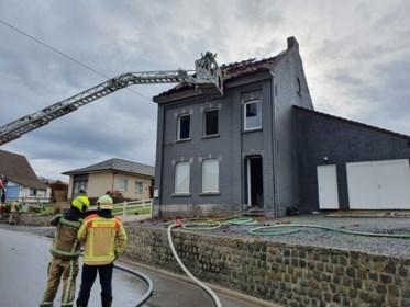 Koppel met twee jonge kinderen ontkomt aan dakbrand
