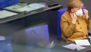 Een verstrooid moment: Angela Merkel schrikt wanneer ze mondmasker vergeet na speech